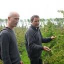 Harald Oltheten en Okke Amerongen op Fruitteeltbedrijf De Ring in Oud-Sabbinge