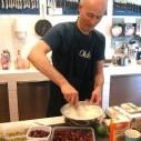 Okke kookt kruisbessen bij Potten en Pannen in Utrecht